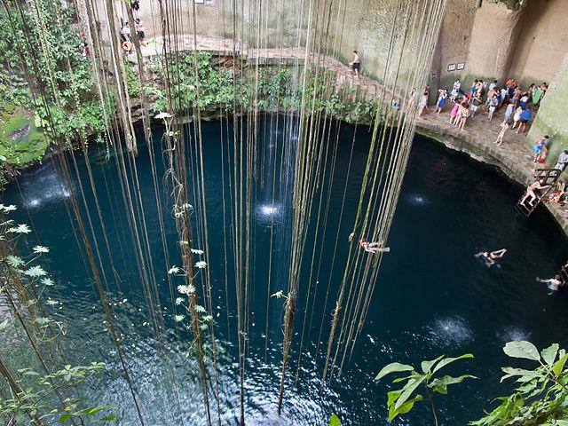 640px-Cenote_en_Chichén_Itzá._Quintana_Roo._México-2